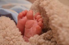 Pies de los niños en primer de la cama Foto de archivo