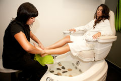Pies de masaje. Tratamiento del balneario. Fotografía de archivo libre de regalías