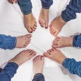 Pies de muchachas en un círculo Fotos de archivo