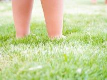 Pies de niño en la hierba Fotografía de archivo libre de regalías