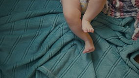 Pies de pañales que llevan del bebé de seis meses almacen de video