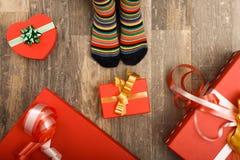 Pies de pequeños niños en el piso de madera Foto de archivo libre de regalías