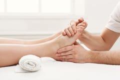 Pies de primer del masaje, acupressure Foto de archivo libre de regalías