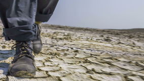 Pies de suelo de Walking On Split del investigador en el valle almacen de video