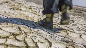 Pies de tierra del desierto de Walking On Cracked del científico almacen de metraje de vídeo