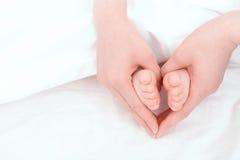 Pies de un pequeño bebé Imagenes de archivo