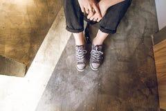 Pies de una muchacha en zapatillas de deporte modernas Foto social del estilo de la red fotografía de archivo libre de regalías
