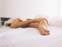 Pies de una mujer durmiente Fotografía de archivo libre de regalías