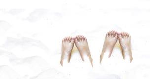 Pies debajo de la arena el día de fiesta Fotos de archivo libres de regalías
