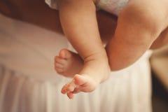 Pies del bebé adentro en una manta christening Imagenes de archivo