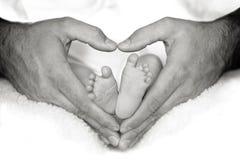 Pies del bebé en corazón Foto de archivo libre de regalías