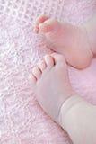 Pies del bebé en la manta Fotografía de archivo