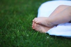 Pies del bebé en prado fotografía de archivo libre de regalías