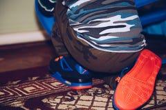Pies del bebé en zapatillas de deporte Zapatos que llevan del pequeño niño Imágenes de archivo libres de regalías