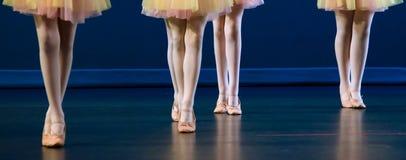 Pies del cuarteto de bailarines en zapatos planos Imágenes de archivo libres de regalías