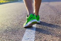 Pies del hombre del corredor que corren en el primer del camino en el zapato imagen de archivo