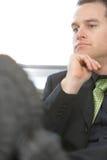 Pies del hombre de negocios en el escritorio que se relaja fotografía de archivo