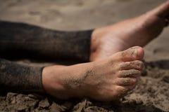 Pies del hombre en la playa Imagenes de archivo
