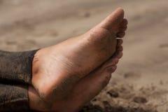 Pies del hombre en la playa Imagen de archivo