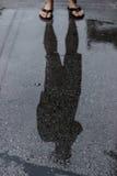 Pies del hombre y agua de la reflexión Fotos de archivo libres de regalías