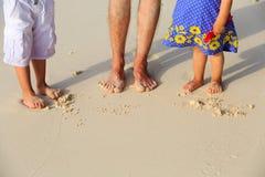 Pies del padre y de los niños el vacaciones de la playa Fotos de archivo libres de regalías