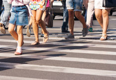 Pies del paso de peatones en la calle de la ciudad Fotos de archivo