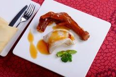 Pies del pato en el plato blanco fotos de archivo