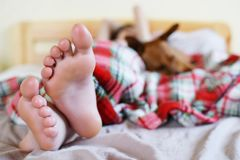 Pies del ` s del adolescente en cama Fotos de archivo libres de regalías