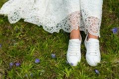 Pies del ` s de la novia en zapatillas de deporte imagen de archivo libre de regalías