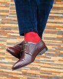 Pies del ` s de los hombres en pares de zapatos y de calcetines imagenes de archivo
