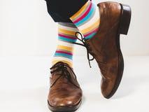 Pies del ` s de los hombres en zapatos elegantes y calcetines brillantes imagen de archivo