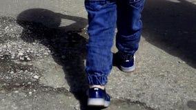 Pies del ` s de los niños que caminan en el camino almacen de metraje de vídeo