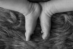 Pies del ` s del bebé en la piel de imitación Fotos de archivo libres de regalías