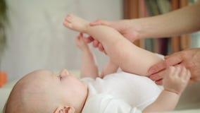 Pies del ` s del bebé en manos del ` s de la madre almacen de metraje de vídeo