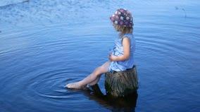 Pies del ` s del niño en el agua Niño que disfruta de tiempo de verano almacen de metraje de vídeo