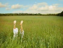 Pies descubiertos de la hierba verde Imagen de archivo