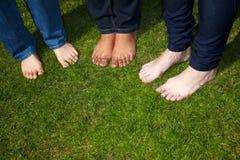 Pies descubiertos en hierba Foto de archivo libre de regalías