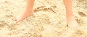 Pies descubiertos en la arena Foto de archivo libre de regalías