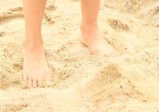 Pies descubiertos en la arena Fotografía de archivo libre de regalías
