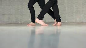 Pies desnudos de la sección baja de pares de baile metrajes