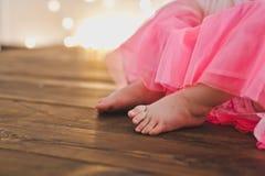 Pies desnudos de los childs que miran a escondidas hacia fuera de debajo los vestidos 5382 Imágenes de archivo libres de regalías