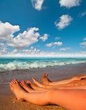 Pies desnudos de niños en la playa Imagen de archivo