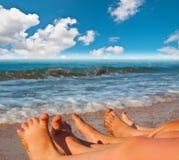 Pies desnudos de niños en la playa Fotos de archivo libres de regalías