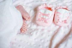 Pies desnudos de un beb? reci?n nacido lindo en manta blanca caliente Ni?ez Peque?os pies desnudos de un peque?o beb? sleeping imágenes de archivo libres de regalías