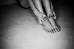 Pies desnudos de una mujer con la cadena Foto de archivo libre de regalías