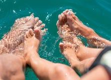 Pies desnudos en el agua del muchacho del mar, madre, padre Emociones humanas positivas, sensaciones, foto de archivo libre de regalías