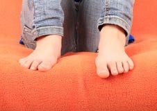 Pies desnudos en la cubierta anaranjada Imágenes de archivo libres de regalías