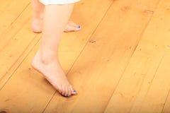 Pies desnudos en piso de madera foto de archivo libre de regalías