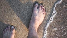 Pies desnudos que caminan en la playa de la arena foto de archivo libre de regalías