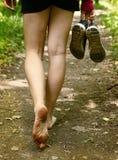 Pies desnudos que caminan a lo largo de cierre de la manera del bosque encima de la foto Fotografía de archivo libre de regalías